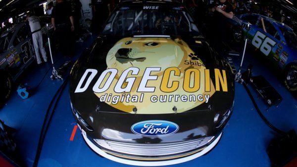 Kapota auta NASCAR jezdce s velkým nápisem DogeCoin