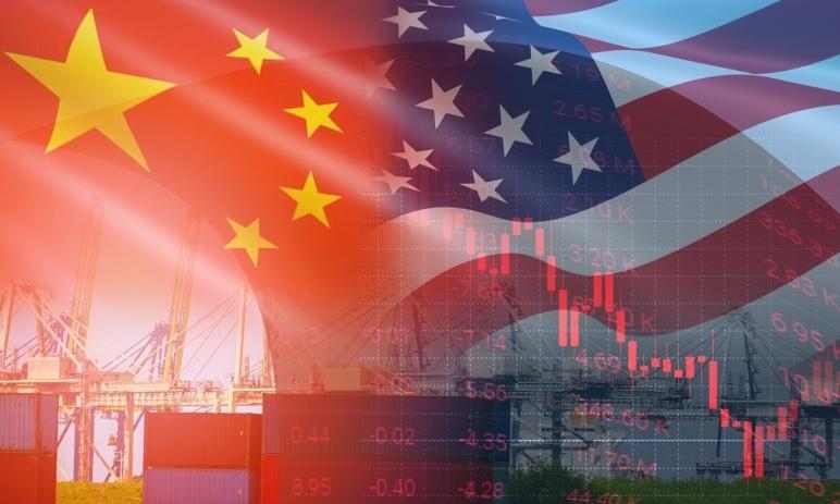 Akcie čínských firem klesají. Trump zvažuje zrušení jejich povolení k obchodování na amerických burzách