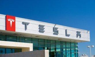 Akcie Tesly znovu sílí. Stala se druhou největší automobilkou světa