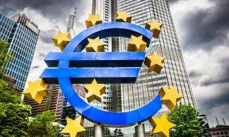Jak si vedl kurz eura v uplynulém roce a jaké jsou vyhlídky? Co tuto měnu oslabovalo a naopak posilovalo?