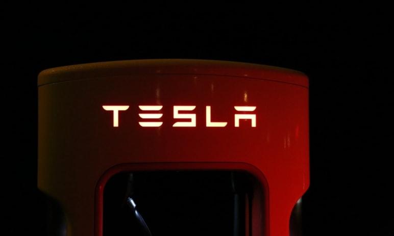 Akcie Tesla jsou prý nejrizikovější složkou indexu S&P 500, od své investice do BTC ztratily přes 200 miliard dolarů