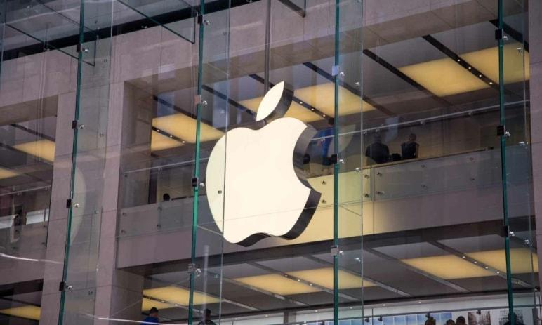 Akcie Apple na nových maximech – vyplatí se je nakoupit před oznámením čtvrtletních výsledků?