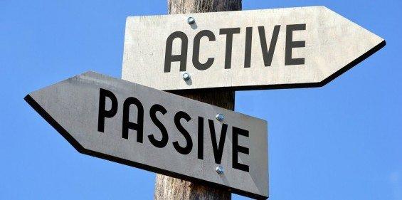 Srovnání pasivního a aktivního investování. Zdroj: Schroders.com