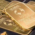 """<strong>Poznámka:</strong> Mějte na paměti, že investice do zlata přes brokera nebývá to samé, jako nákup fyzického zlata (spíše se jedná o nákup cenných papírů). <strong>Cena u brokera se může odvíjet jinak a nemusí zde fungovat výhody zlata</strong>, jako např. jeho povaha """"bezpečného přístavu""""."""