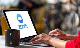 Zoom-akcie-notebook-meeting