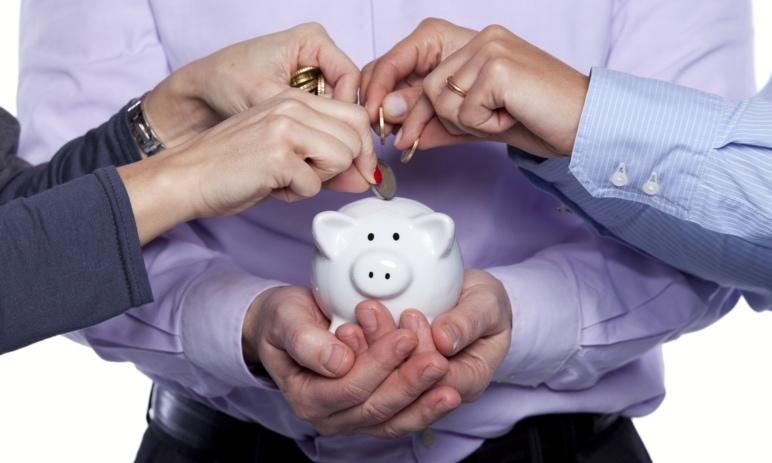 Spoříš, spořím, spoříme: Jak na tom jsou s úsporami české domácnosti a kam své peníze nejčastěji odkládají?