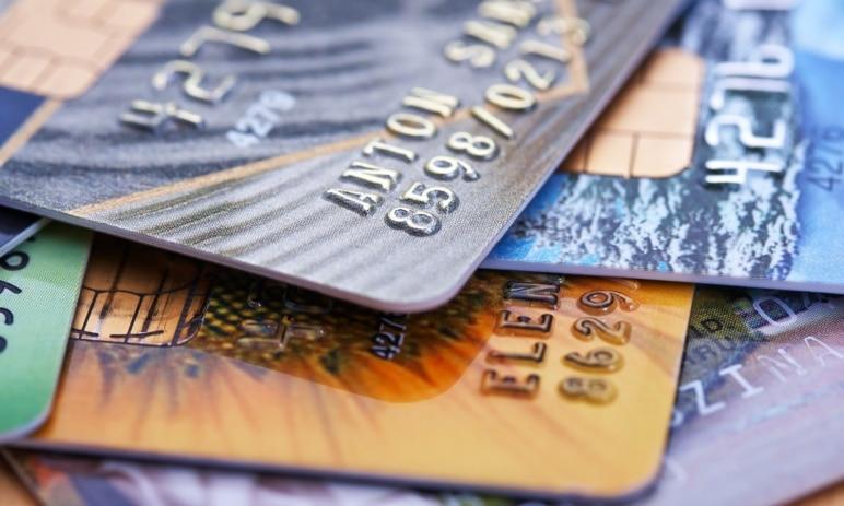 Jaký je rozdíl mezi kreditní a debetní kartou? Poznejte jejich funkce, výhody a nevýhody