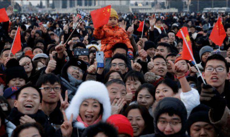 Čínský ekonomický rozmach dramaticky snižuje porodnost, vláda umožní rodinám až 3 děti - jak investovat tento trend?