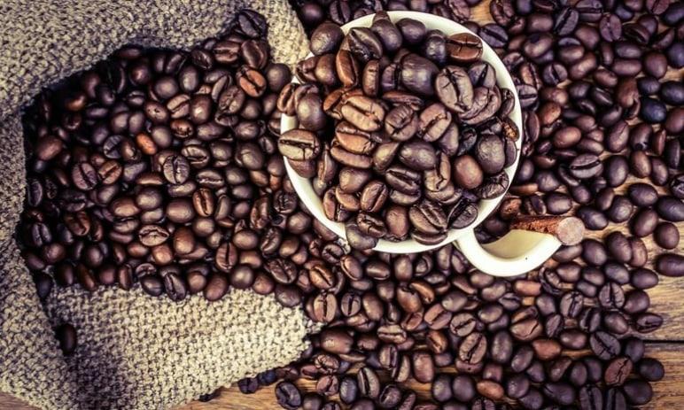 Cena kávy letí vzhůru - blížíme se maximům z roku 2014. Jak tuto komoditu v současné chvíli obchodovat?