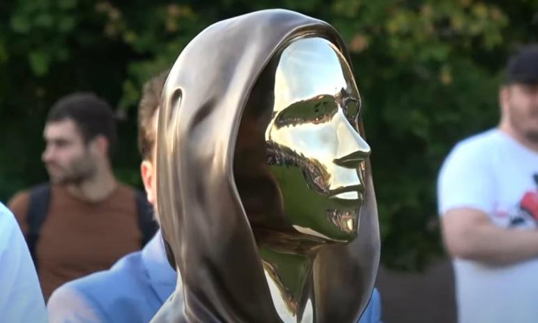 Mít sochu vedle Steva Jobse? Tuto poctu dostal zakladatel Bitcoinu - Satoshi Nakamoto